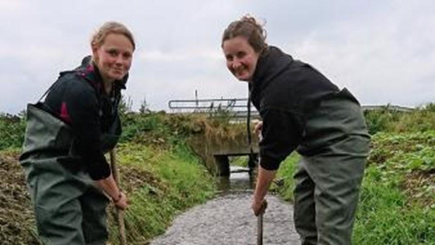 Billed 2, Christa Sofie Jensen til højre og Rikke Christensen retter gydebanke til, Radstedløbet, 16. september 2017.jpg