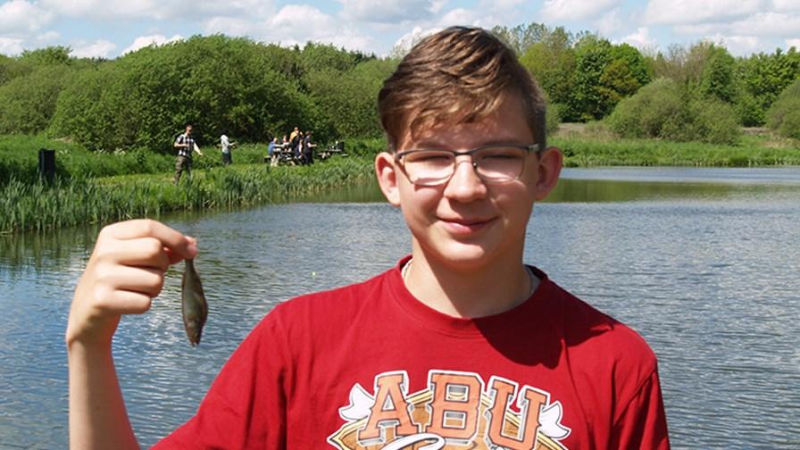 Jonas med mindste fisk.JPG