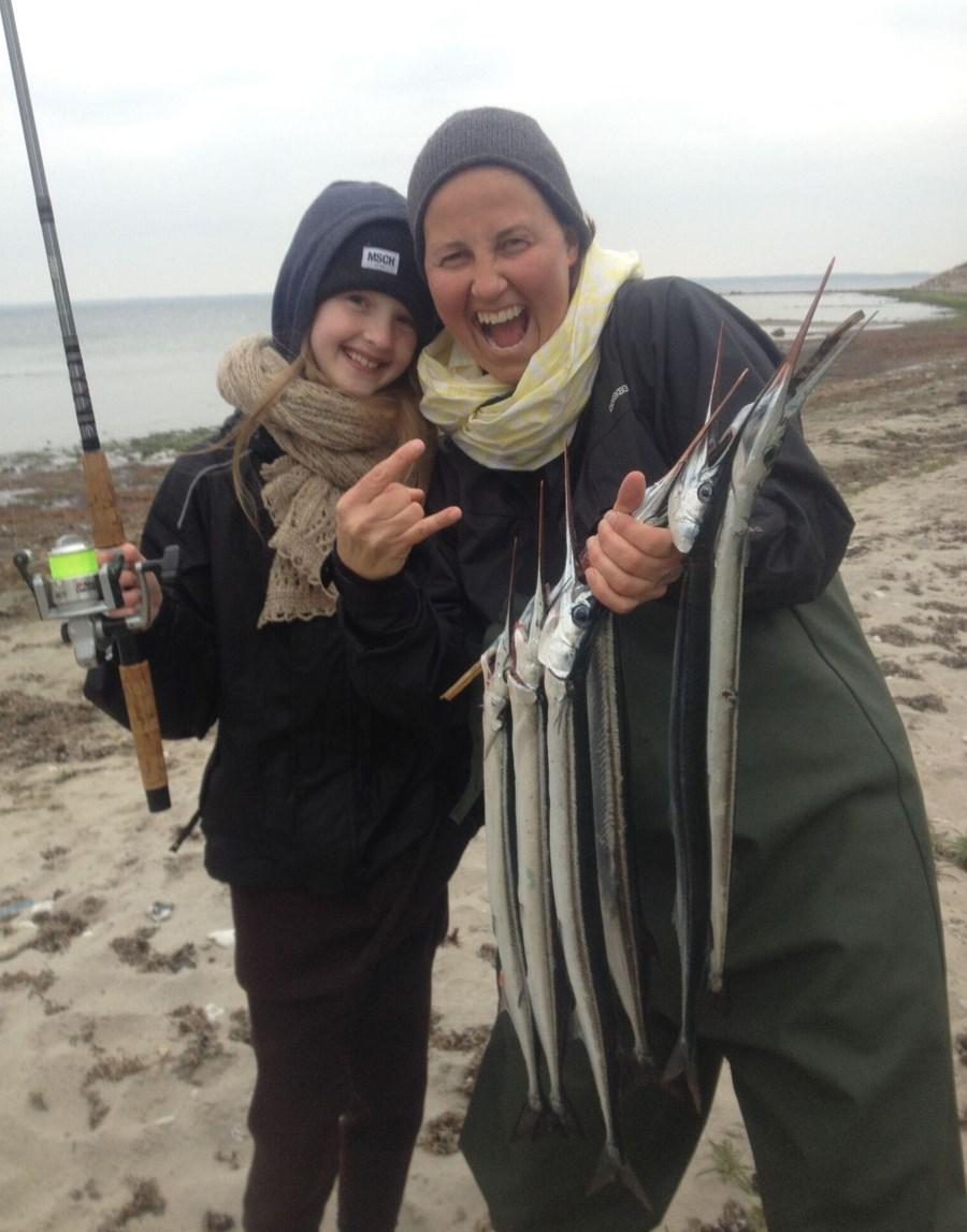 Hornfiskefestival glade piger med hornfisk.jpeg